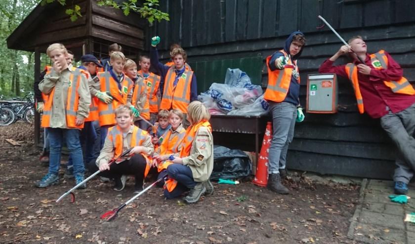 De scouts met het verzamelde afval