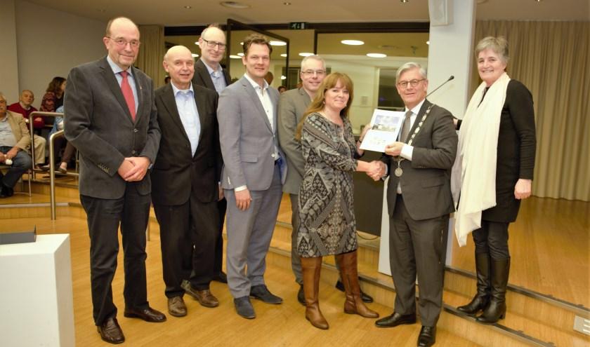 Margot Kraneveldt (PvdA) overhandigt namens zeven partijen het duurzaamheidspact aan burgemeester Aptroot (mrt '18)