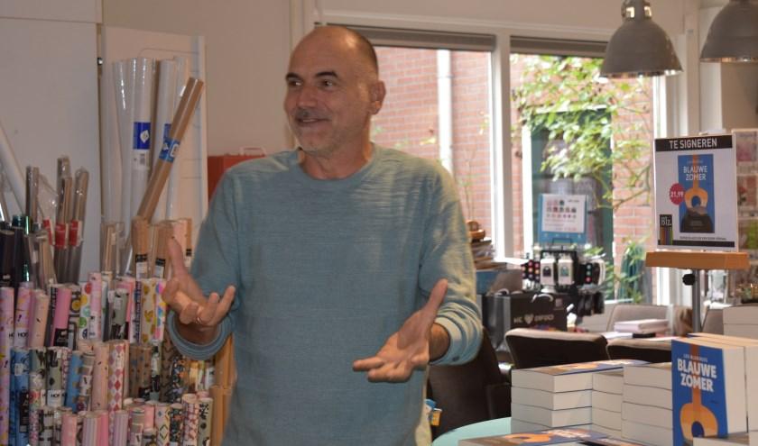 Vol enthousiasme vertelt Leo Blokhuis over het ontstaan van zijn debuutroman Blauwe Zomer. Foto: Jolien van Gaalen / Van Gaalen Media.