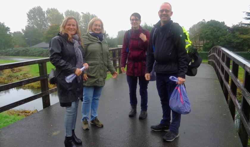 Tim en Anouk (rode jas) komen aan in Woerden. Janneke (l) en Jacqueline verwelkomen hen. Foto: Roy Visscher