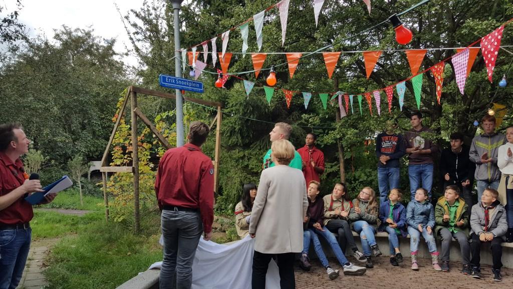 Onthulling van het ''Erik Snoekplein'' door de familie van Erik. Foto: Scouting Hoogvliet © DPG Media