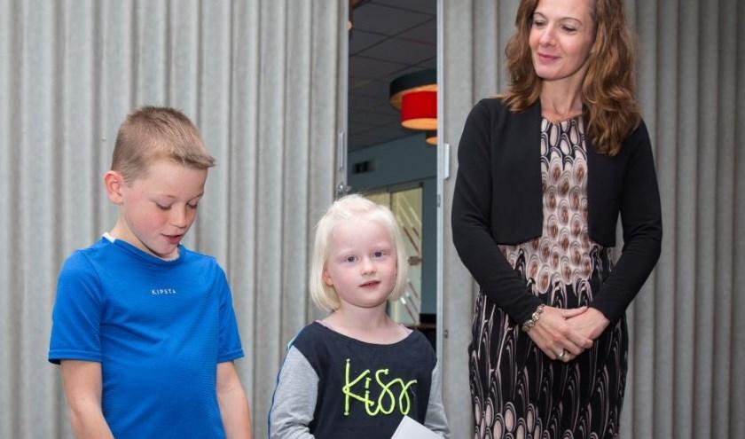 Wethouder Hilde de Groot met Teun en Eline Vernooij.