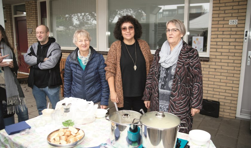 De werkgroep 'Aandacht voor elkaar' een 'buurtsoepie', een mosterdsoep Charles Enklaar, een chef-kok en bewoner van de Mosterdhof.