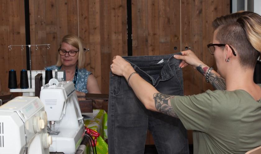 Marieke en Femke repareren kleding
