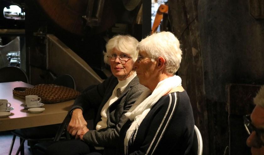 Dien Harbers (links) bracht The Lady's of Quilts de fijne kneepjes van het quilten bij. Rechts van haar zit haar zus Reintje van Losser-Harbers bij de opening van de expositie. (Foto: Jan Joost)