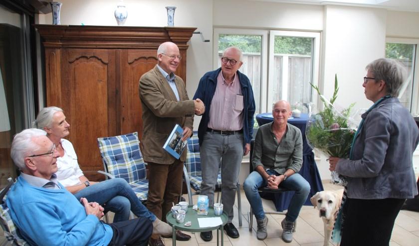 De overhandiging van 'De Dinkelstroom, van bron tot monding deel 2' aan burgemeester Joosten van Dinkelland.???????
