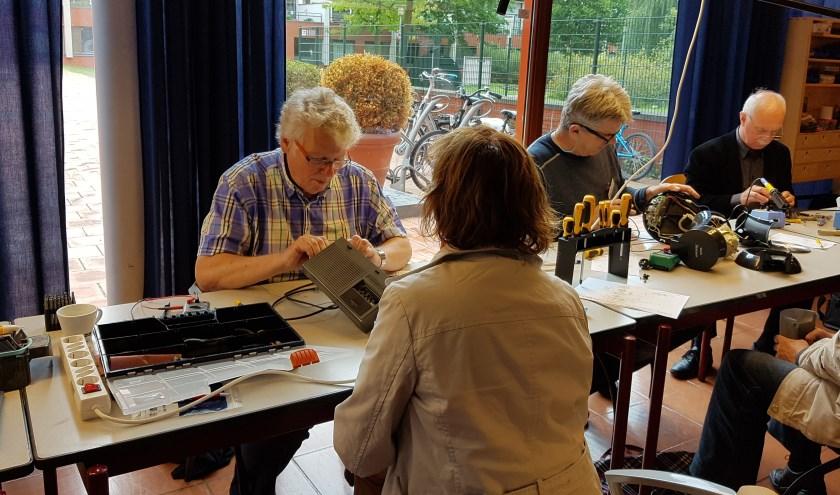 Sinds oktober 2014 worden in het Repair Café elke donderdag door een zestal ervaren specialisten zo'n vijftien tot twintiggratis reparaties uitgevoerd.