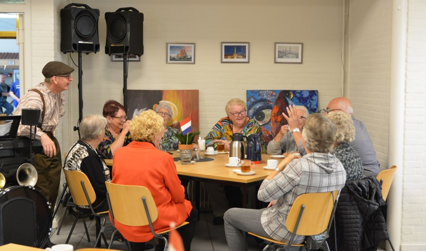 Troubadour Znerik zorgde voor een vrolijke sfeer op de Nationale Ouderendag in Oudheusden.