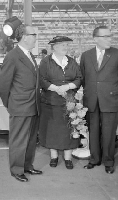 Mevrouw Truus Smulders met haar nieuwe Dafje in gezelschap van Huub en Wim van Doorne, directeuren van de Daf.