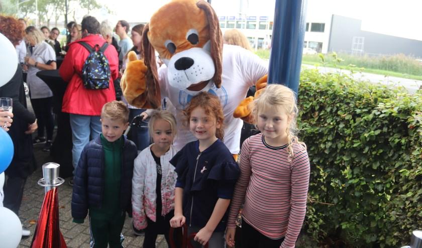 De jeugd mocht de opening verrichten van dierenkliniek Culemborg.