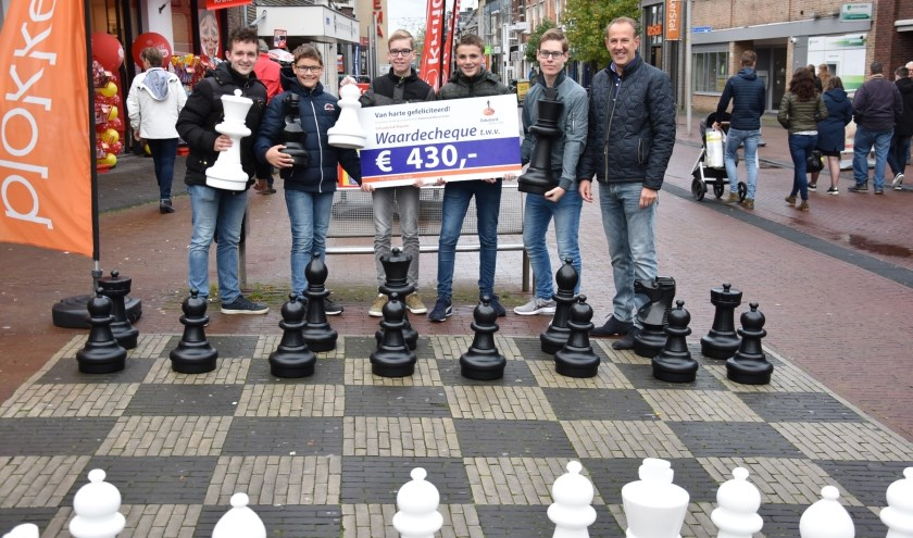 Links jeugdleider Martijn van den Belt, vierde van links Jurian Brinks, geheel rechts Hans Brinks van de Rabobank en verder op de foto een aantal jeugdleden van de Schaakclub Rijssen.