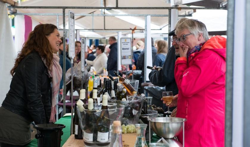 Gezelligheid bij Wijnkoperij Kroese, ook dit jaar weer één van de deelnemers van Smakelijk Epe. Archieffoto: Dennis Dekker
