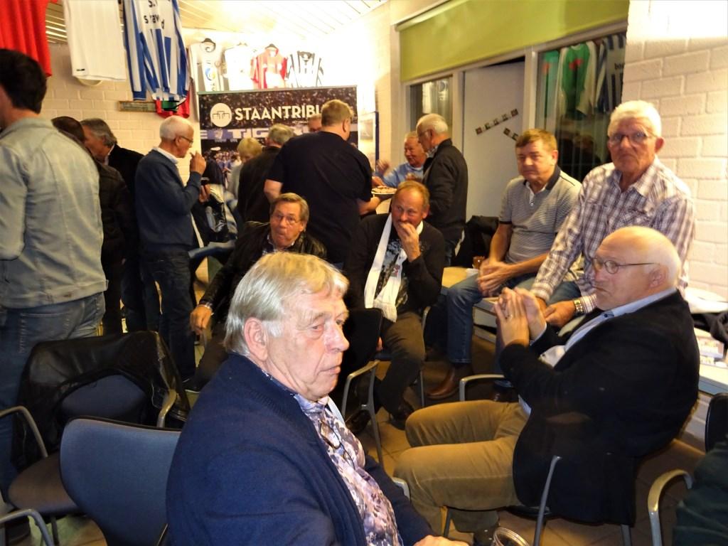 Veel oud-spelers van FC Wageningen woonden de boekpresentatie bij. Foto: Dick Martens © DPG Media