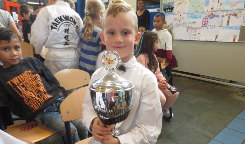 Benjamin Kamphuis is blij met zijn trofee. Eigen foto