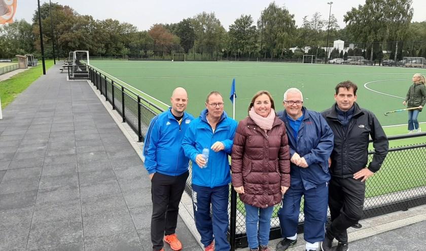 Van links naar rechts de leercoaches: Geert Wubben (HC Twente), Clem van Munster (MHC Almelo), Marij de Vries-Zijlstra (HCHN), Philip Schumer (MHC Almelo) en Mark de Vries (HCHN). Op de foto ontbreekt Fred Diele (MHC Almelo).