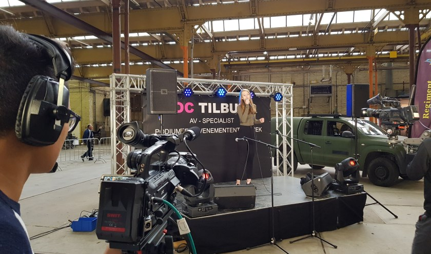 Armadillo Hildebrand van de opleiding Audio-visueel specialist registreert het optreden van zangeres Daphne van Beers