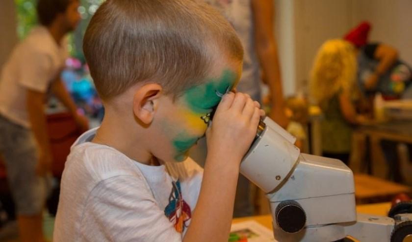 In het 'kabouterbos' kunnen kinderen zelf bezig zijn en een boel ontdekken over de natuur. In het natuurlaboratorium vinden ieder uur demonstraties plaats. (Foto: Rob Biesters).
