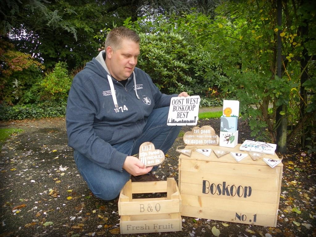 Dennis Kempkes werkt als timmerman én heeft zijn eigen woon- en cadeauwinkel met zelfgemaakte houten spullen voor in huis.  Foto: Morvenna Goudkade © DPG Media