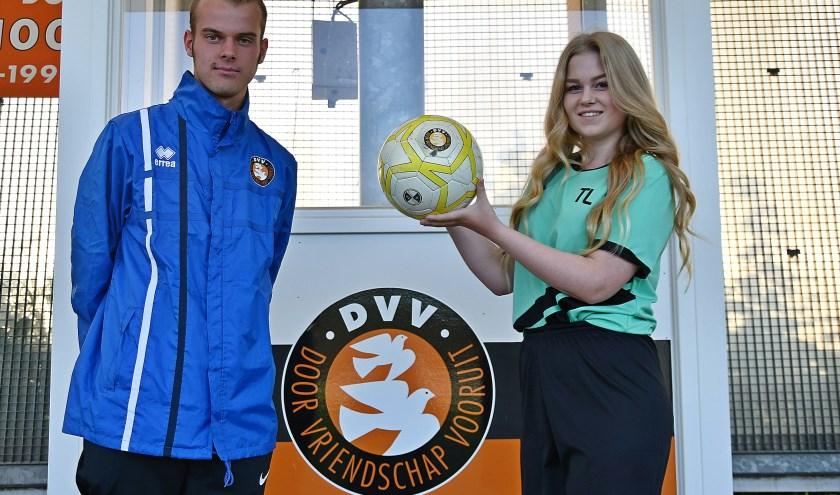 Trainer Colin Gieling naast Tessa Leijte, een van de 17 meiden van zijn damesvoetbalteam van DVV Duiven.(foto: Ab Hendriks)