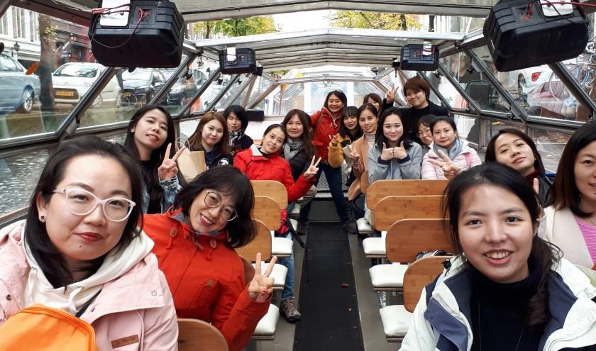 Chinese touroperators via de Delftse grachten op weg naar Royal Delft