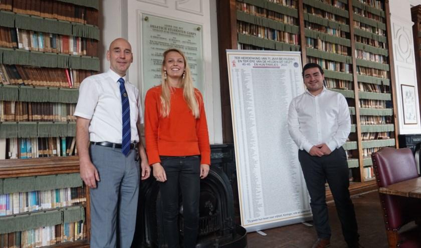 Bernhard Welle, Stephanie Scholtes en Daan Dutilh (vlnr) in de bibliotheek van het Delftsch Studenten Corps voor het bord met de namen van gevallenen. (foto: Annemarie de Vries)