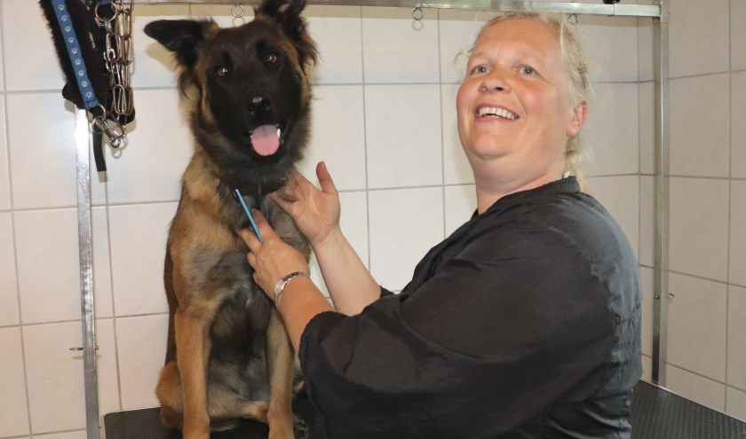 Jolanda Beugeling met haar hond. Zij heeft een hondentrimsalon in Losser.