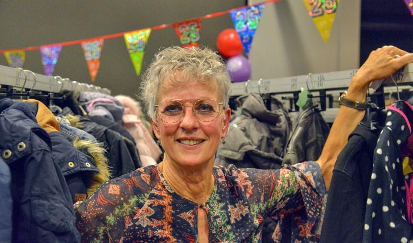 Wil Izendooren vierde maandagavond haar 25-jarig jubileum bij de Kinderkledingbeurs in het St. Joseph, waar tal van oud-medewerkers haar kwamen feliciteren. (Foto: Paul van den Dungen)