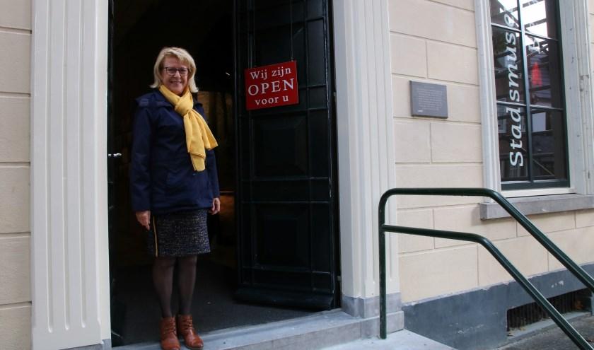Als gastvrouw van Stadsmuseum Bergh ontvangt José Pelgrim iedereen die meer wil weten over de lokale geschiedenis. (foto: Elsie Schoorel)