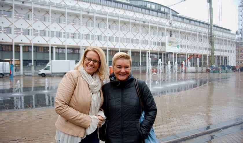 Bärbel van Straalen en Corinna den Ouden (links) op een regenachtig Marktplein: ''Een toilet zou mooi zijn...'' (foto Gert Perdon)
