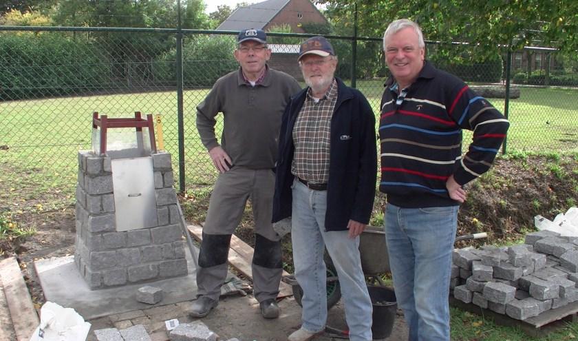 v.l.n.r. Adrie Verdult, Wim Simons, Peter van den Eijnden bij het oorlogsmonument in wording. foto: Rinus van Wezel