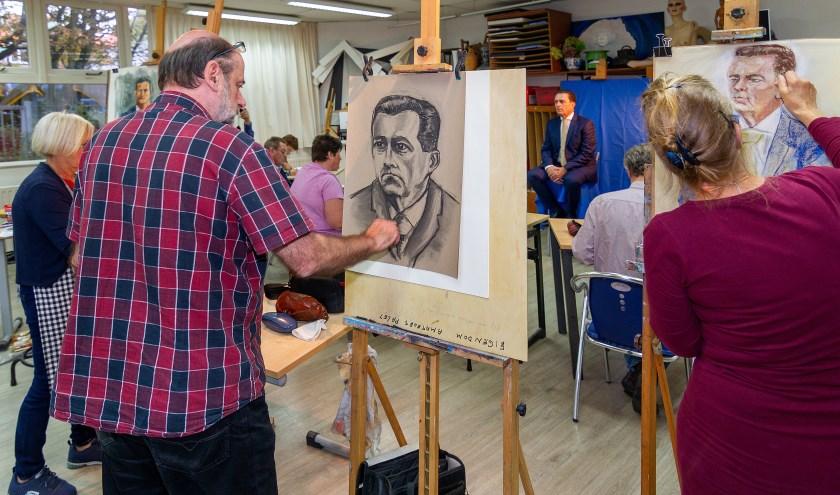 Leden van het Amateurspalet tekenen burgemeester Bezuijen. Foto: Wil Kouwer
