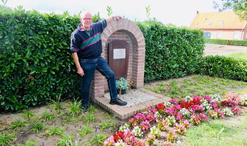 Piet Pechtold bij het herdenkingsmonument in Haarsteeg. Op zondag 3 november vertelt hij hier zijn verhaal aan belangstellenden.