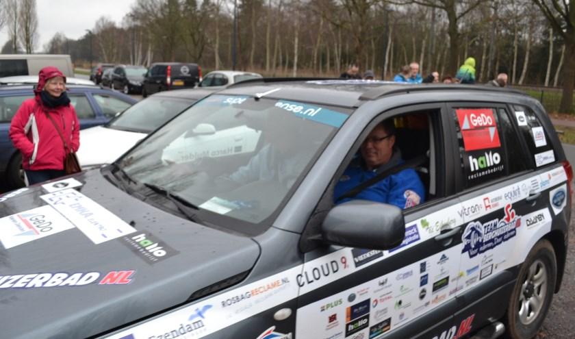 Zeven stoere mannen uit Heerde waaronder Geb Dokter gaan de SCT nog één keer rijden voor het schoolzwemmen.