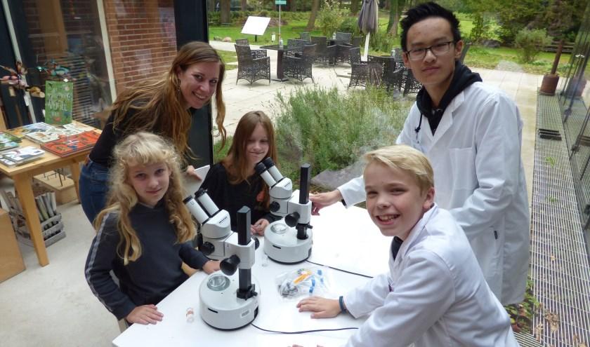 Paula Harkes kwam speciaal vanwege het Weekend van de Wetenschap naar Natura Docet Wonderryck Twente voor een pop-up-wetenschapscollege.