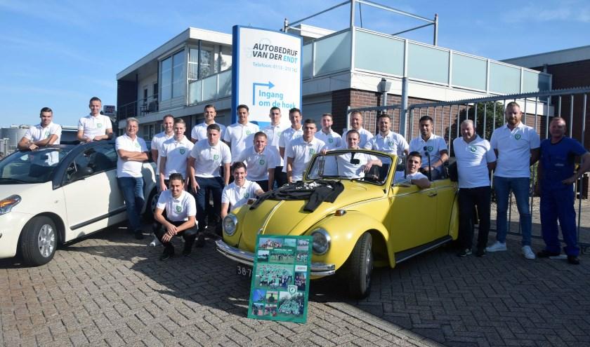 Groepsfoto voor het pand van de sponsor garage van der Endt