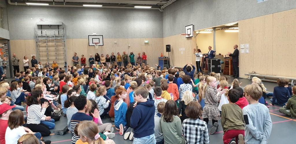 Leerlingen van basisschool Reigerlaan kijken mee.  © DPG Media