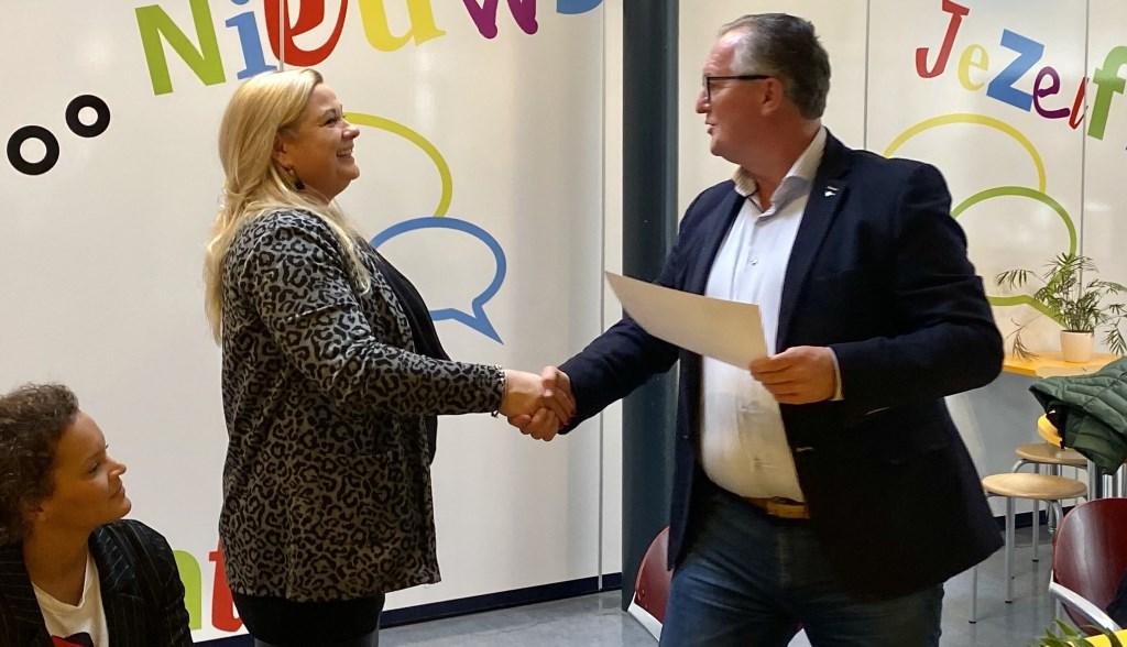 De negen pauzebegeleiders ontvingen hun certificaat uit handen van wethouder Arjan Kampman.  Foto: Maaike Buursink © DPG Media