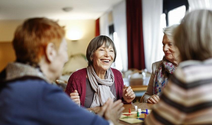 De Bibliotheek Veldhoven en Stichting Welzijn Ouderen Veldhoven (SWOVE) hebben een uitnodigende ontmoetingsplek gecreëerd voor iedereen die te maken heeft met dementie. FOTO: Bieb.