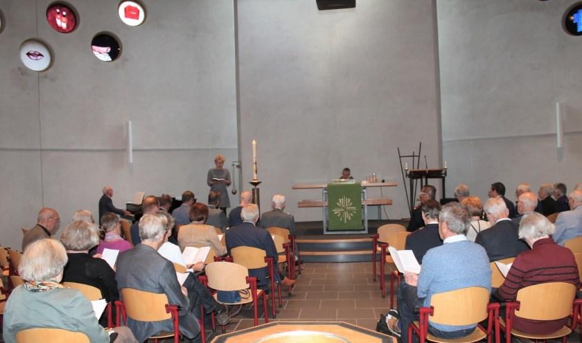 Een bont gezelschap van theologen en bezoekers verzamelde zich op zaterdagmiddag 28 september in Kerkelijk Centrum Emmaüs.(foto: Peter 't Hoen)