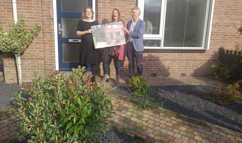 Anne Janssen, Angelique Barnard en Joris Fortuin (voorzitter coöperatie) openden de woning.