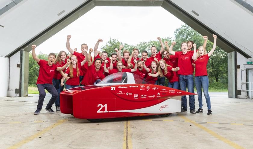 Solar Team Twente met op de voorgrond de  auto die hoge ogen moet gaan gooien in de Australische zon. Links vooraan Hidde de Vries.