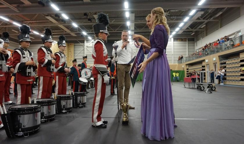 Jeugdshowband Irene Ede ontvangt de gouden medaille uit handen van de Heidehoogheden. (foto: Stichting Muziekstad Ede)