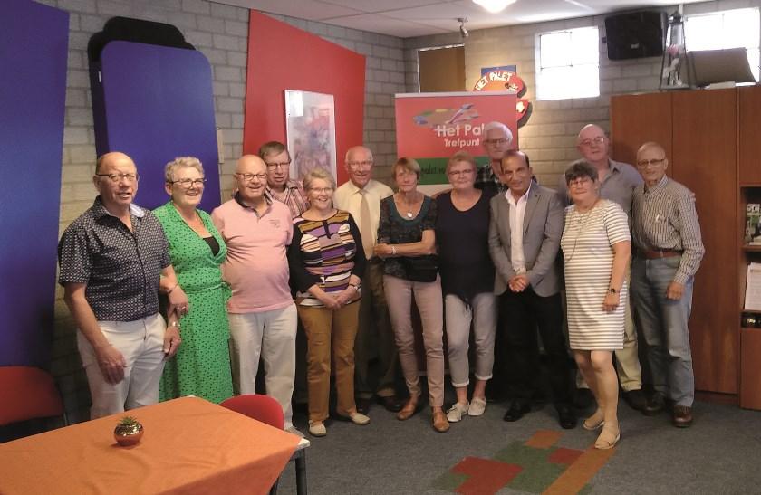 Janneke Bos (zevende van links) poseert samen met bestuursleden en vrijwilligers.