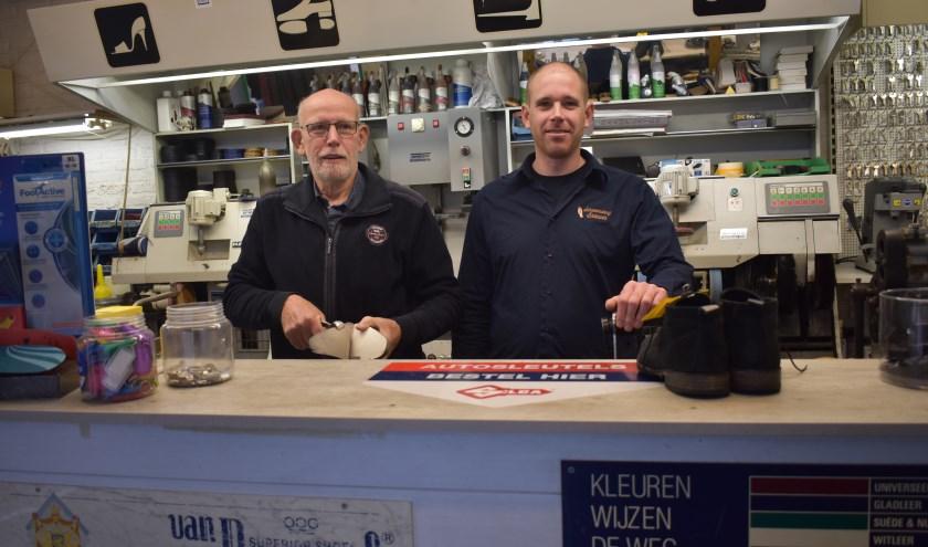 """Stephan Brouwer met zijn vader Jan in de zaak. """"Het leuke aan dit werk is de afwisseling"""", zegt Stephan. (Foto: Van Gaalen Media)"""