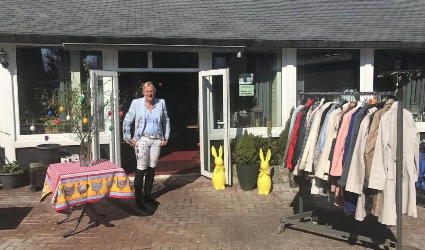 Tineke Gorter bij de ingang van MISS-KOOP.
