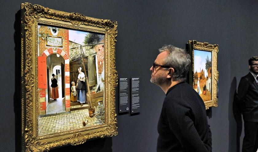 Het bekende schilderij 'Binnenplaats van een huis in Delft' dat vorige week arriveerde vanuit the National Gallery in Londen (foto Fred Nijs).
