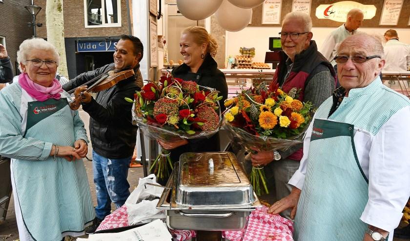 Willie en Willy Kappert van het poeliersbedrijf staat zestig jaar op de Zevenaarse warenmarkt. (foto: Ab Hendriks)