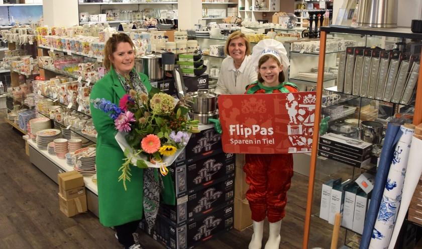 De winnares van de FlipPas-maandprijs van de maand september is rijschoolhoudster Jeanette Gerritsen uit Maurik. (foto: Janet Kooren)