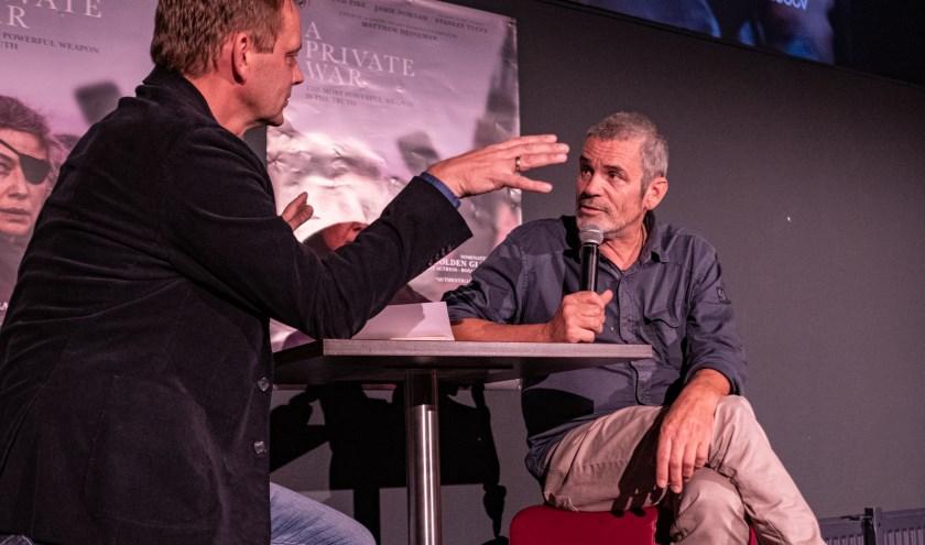 Ferry Verheij in gesprek met fotograaf Paul Conroy. Foto: Jan van Aartrijk