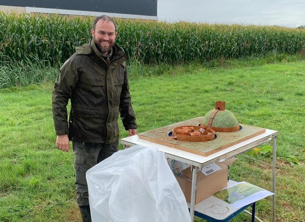 Michiel Alexander de Raaf met een model van hoe de motteburcht er ongeveer uit heeft gezien.  © DPG Media